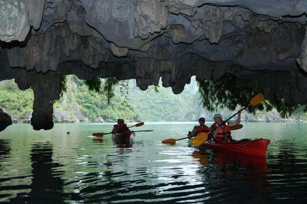 Kayaking dans la grotte Luon
