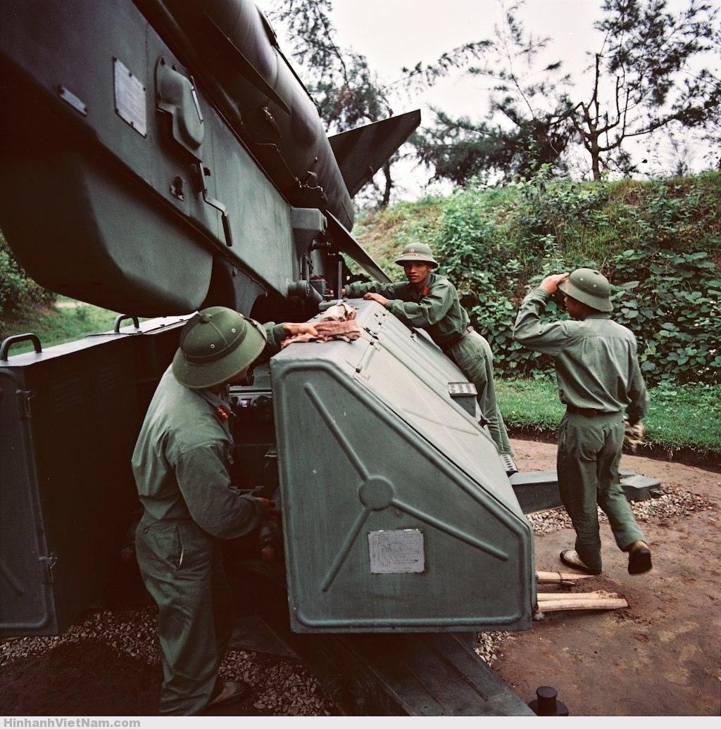 Các-chiến-sĩ-bên-bệ-phóng-tên-lửa-phòng-không-