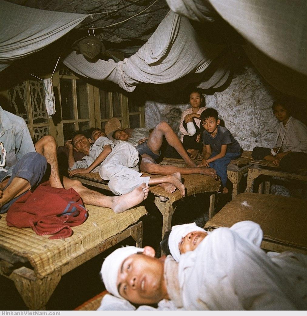 Các-nạn-nhân-của-bom-đạn-Mỹ-trong-một-bệnh-viện-dã-chiến-dưới-lòng-đất.