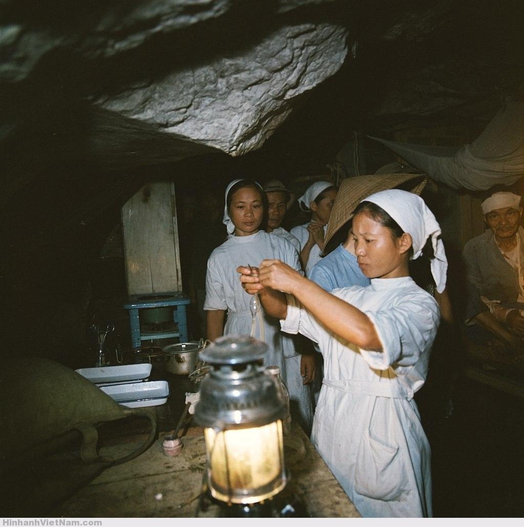 Các-nhân-viên-y-tế-chăm-sóc-bệnh-nhân-dưới-ánh-sáng-của-đèn-dầu.
