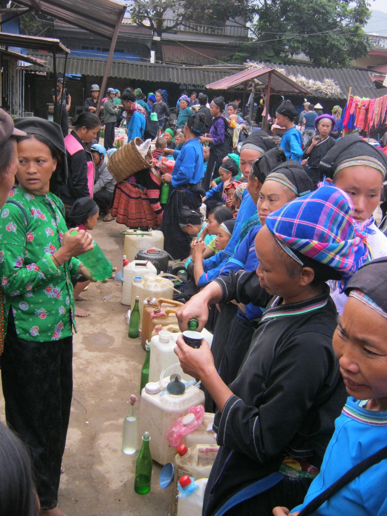 Degustation de l'alcool Marché Xin Man, ou Coc Pai, Ha Giang