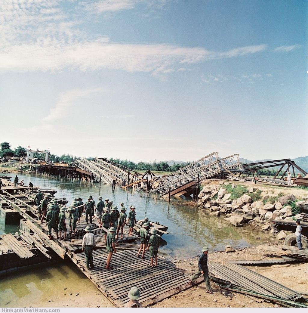 Một-cầu-tạm-đang-được-dựng-cạnh-một-cây-cầu-bị-bom-Mỹ-đánh-sập
