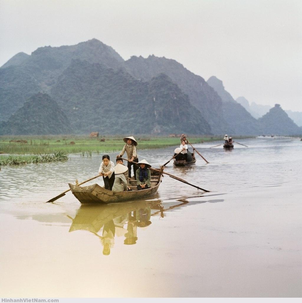 Người-dân-di-chuyển-bằng-đò-trên-suối-Yến-khu-vực-chùa-Hương.