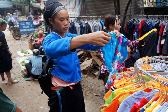 Une Dame Nung Marché Xin Man, ou Coc Pai, Ha Giang