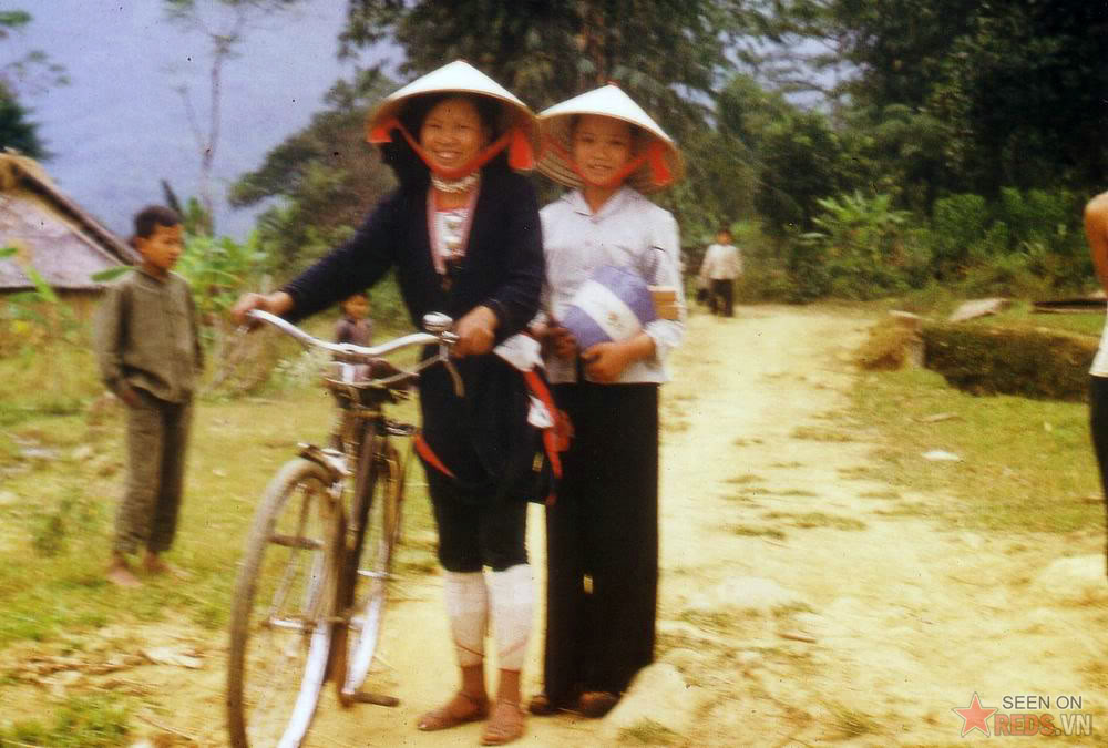 Une dame de ZAO a pantalon serre Nord Vietnam