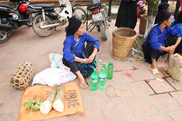 Vendeuses de l'alcool Marché Hoang Su Phi Ha Giang